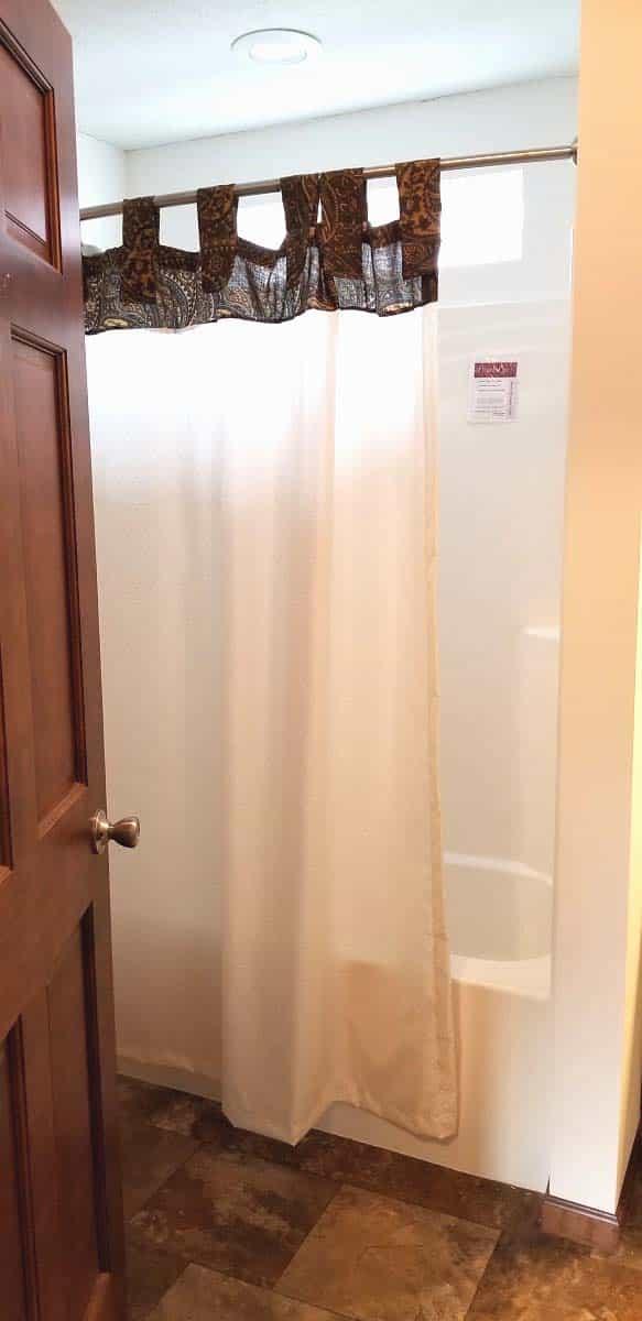 Commodore Lionel Henderson AW250A Bathroom 3